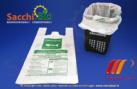 Busta compostabile inserita nel bidone per la raccolta dell'umido - SACCHI.BIO